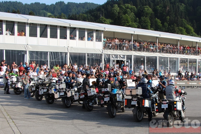 ovation pour le groupe de coreens arrives par la route a garmisch partenkirchen