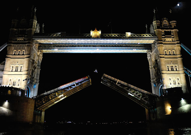 robbie maddison backflip tower bridge 1