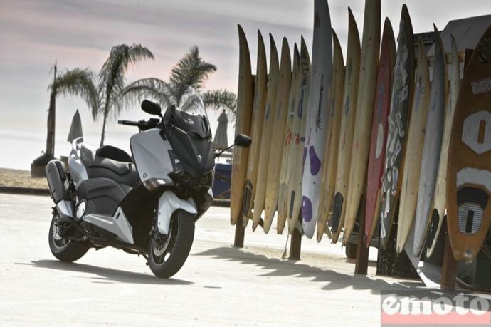 yamaha tmax 530 sur le parking du paradise cove beach cafe