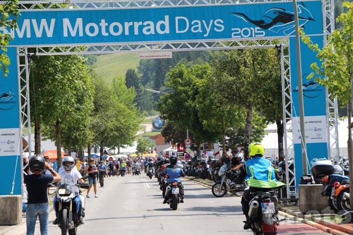 on immortalise son passage sous l entree des bmw motorrad days 2015