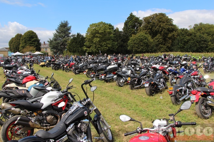 les motos alignees sur le parking de motors and soul 2015 a la ferme d armenon
