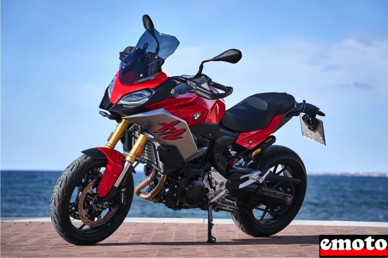 on voit ici les grands debattements de la f 900 xr