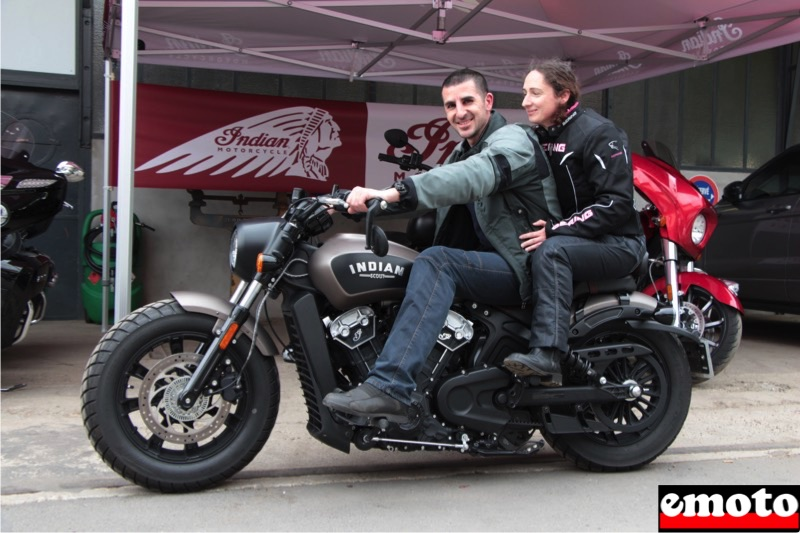 marc et sophie sur la indian scout bobber du roadshow avec indian paris etoile chez tank machine