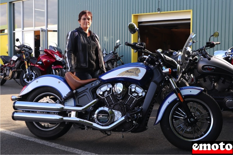 Cathy avec son Indian Scout chez Indian Angers
