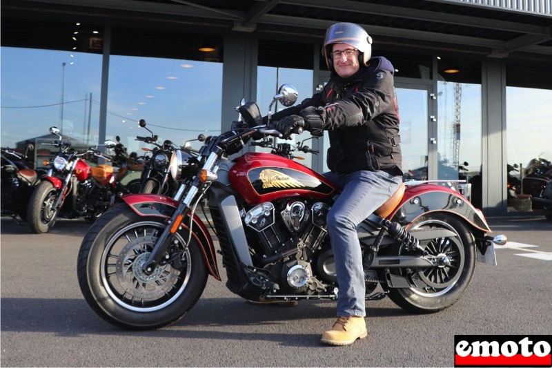 Philippe et son Indian Scout chez Indian Lille, philippe au guidon de son indian scout chez indian lille